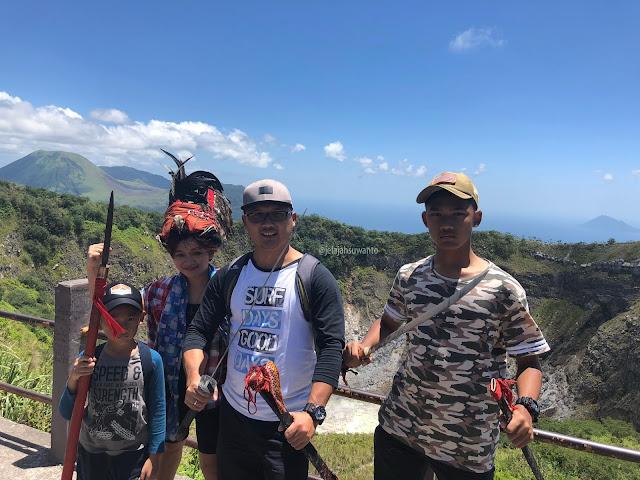 Memakai beberapa aksesoris Kabasaran di Puncak Mahawu    jelajahsuwanto