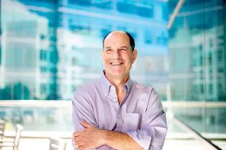David Julius, tiến sĩ, giáo sư và chủ nhiệm Khoa Sinh lý của Đại học California, San Francisco, đặt ra sau khi giành được Giải thưởng đột phá năm 2020 về Khoa học Đời sống tại San Francisco, Califorinia, Hoa Kỳ vào ngày 5 tháng 9 năm 2019. Ảnh chụp ngày 5 tháng 9 năm 2019. UCSF / Noah Berger / Tài liệu phát qua REUTERS