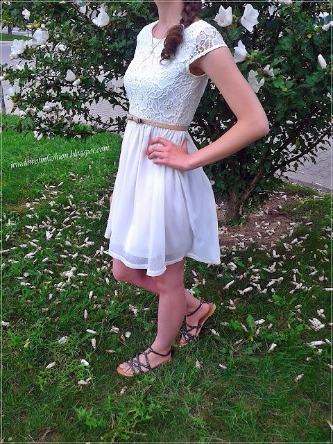 Biała sukienka, pasek z kokardką, sandały z ćwiekami, złoty medalik