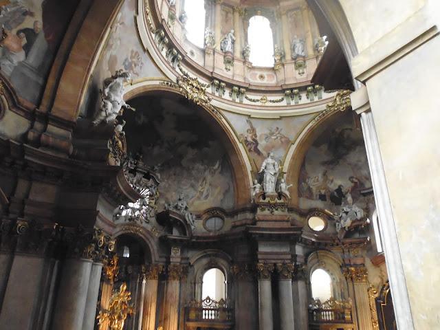 Interior de la Iglesia de San Nicolás en Barrio de Malá Strana (Praga) (@mibaulviajero)