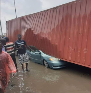 Container falls on multiple vehicles in Apapa, Lagos (Photos)