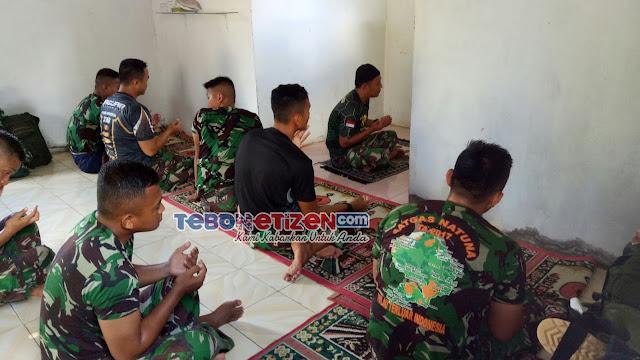 Meskipun Aktivitas Sebagai Satgas TMMD Ke-112 Padat, Ibadah Tetap Dijalankan oleh Anggota TNI