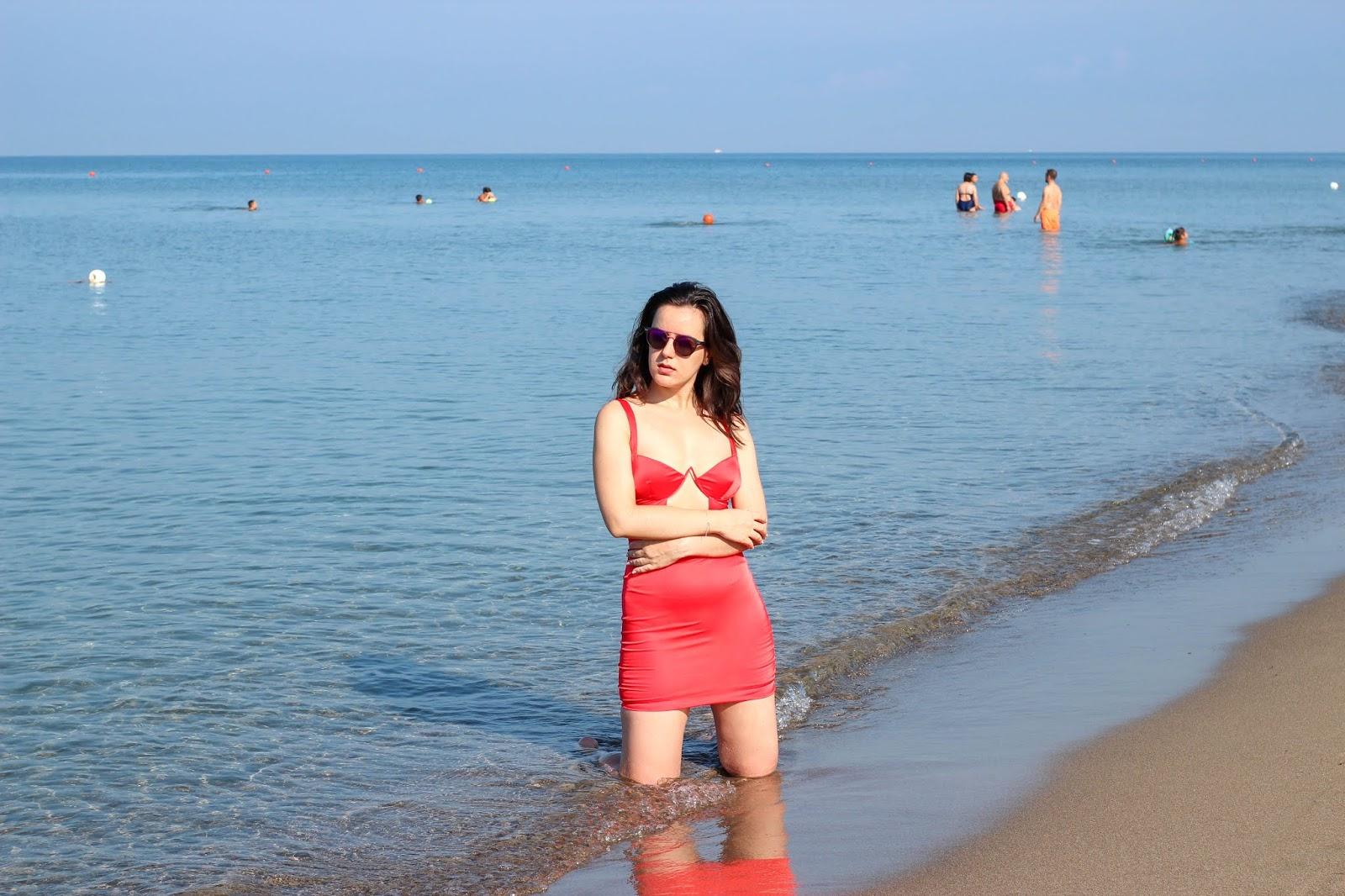vestito rosso aperitivo spiaggia