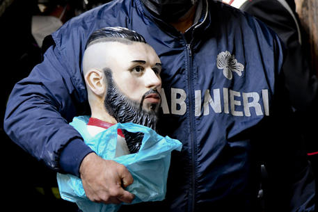 """""""Video Notizia"""". 21 arresti a Napoli, rimosso l'altarino 'dedicato' al baby boss ammazzato"""