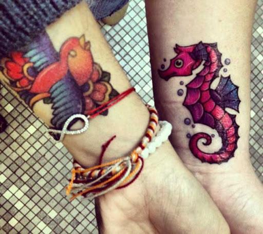 Este adorável pulso de tatuagem