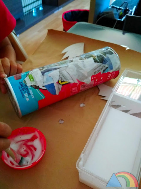 Cubrimos el bote con papeles y una mezcla de agua y cola blanca