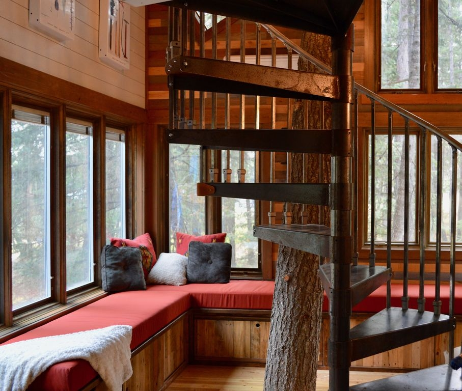 04-Living-Room-HomeAway-Montana-Tree-House-close-to-the-Glacier-National-Park-www-designstack-co