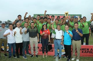 Kapolda Sumbar Serahkan Trofi Turnamen Sepakbola Anak Nagari