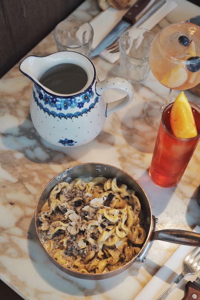Plat de pâtes à la truffe au restaurant Pink Mamma à Paris