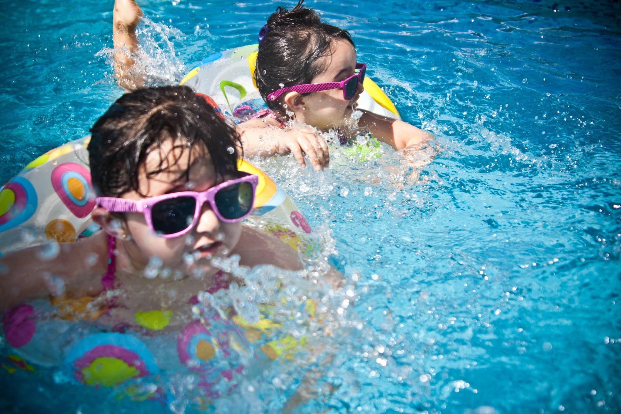 बच्चों को तैरना कैसे सिखाएं और ये क्यूँ आवश्यक है ? How to teach your child to swim & its benefits - Tiny Tycoons