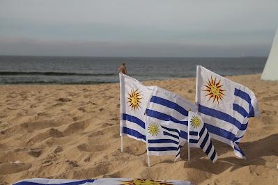 Bandeiras do Uruguai na praia