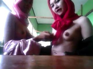 Jilbab Merah Pink Lesbian di Kampus