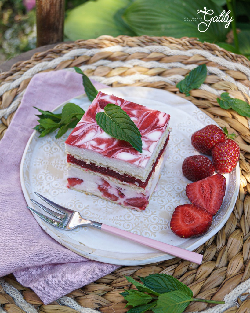 bialo-rozowe-ciasto-z-truskawkami