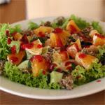 Vištienos salotos su slyvų, kalendros ir mėtų padažu