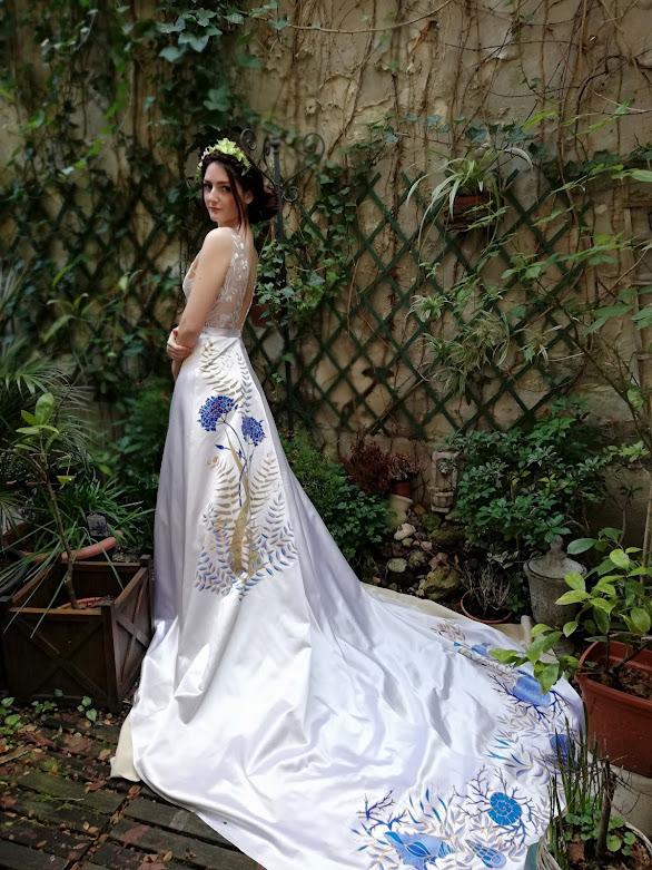 Robe de mariée Agapanthes, aux fleurs peintes à la mmain