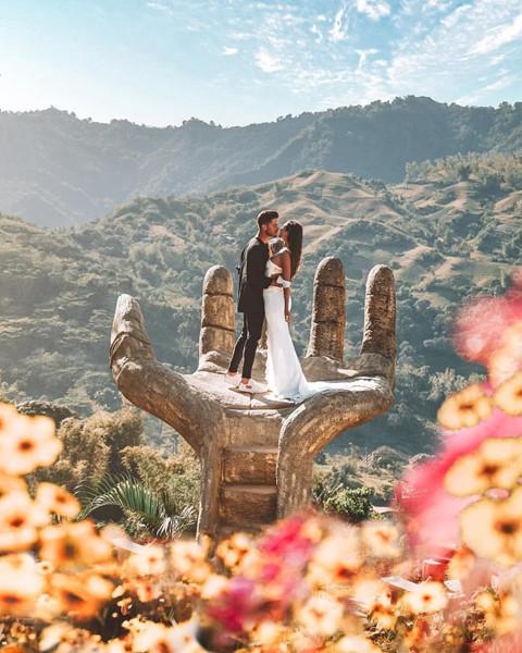 Với phông nền là khung cảnh thiên nhiên lãng mạn của núi rừng và vườn hoa sặc sỡ, điểm sống ảo này thu hút khá nhiều cặp đôi check-in. Trong chuyến ghé thăm Philippines vào tháng 3 vừa rồi, Raquel và Miguel, cặp đôi nắm tay nhau đi khắp thế gian nổi tiếng trong cộng đồng du lịch, cũng đã kịp đăng tải bức hình đẹp tựa tiên cảnh tại đây.
