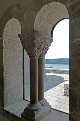 ROMÁNICO EN NUEVA YORK. THE CLOISTERS MET. Claustro de Saint Guilhem Le Desert. Capiteles y columnas 2