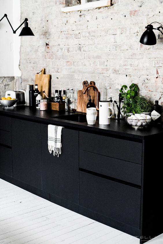 ceglana ściana w kuchni, biała podłoga w kuchni, cegła kuchnia