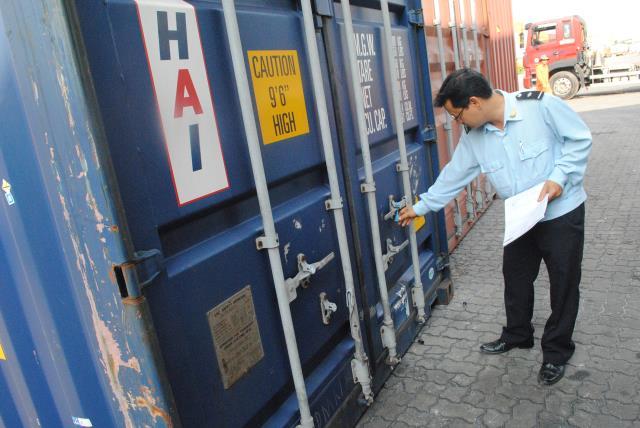 Nhân viên Hải Quan đang kiểm tra về thủ tục bảo mật trước khi hàng được xuất đi