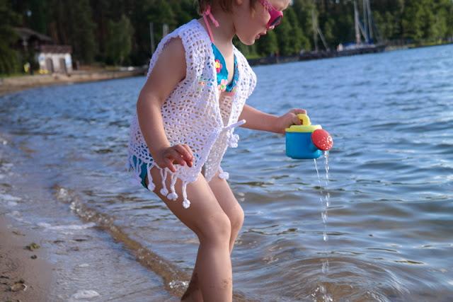 Szydełkowa letnia kamizelka dla dziewczynki