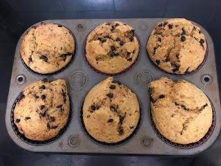 Muffins à la patate douce et aux pépites de chocolat cuits et non démoulés