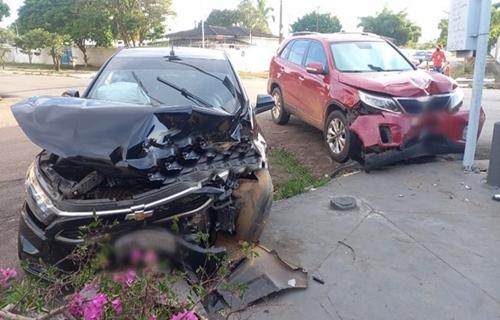 Veículos ficam destruídos após grave colisão em cruzamento no Centro