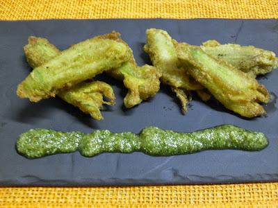 Flores de calbacín rellenas en tempura.