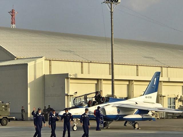 ブルーインパルスのパイロットの写真