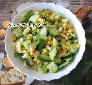салат с огурцом, кукурузой, яблоком