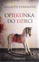 Skan okładki omawianej książki. Na okładce, na pierwszym planie widoczny drewniany biały koń na biegunach.