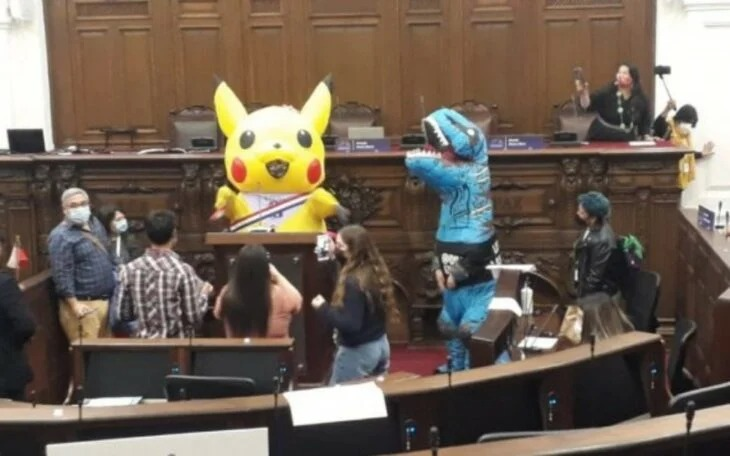 Política de Chile llega a sesión con disfraz de Pikachu