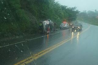 Policial Militar perde controle de viatura e capota veículo na BR-104