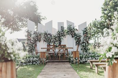Rustic decoration sangat cocok untuk acara pernikahan dengan tema outdoor di Puncak