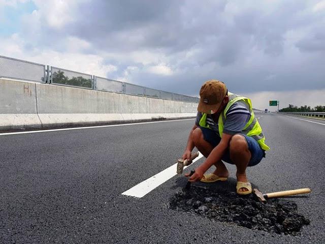Công nhân của nhà thầu sửa chửa đoạn đường hư hỏng