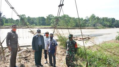 Serahkan BLT Dana Desa, Dollah Mando Sekaligus Tinjau Jembatan Roboh