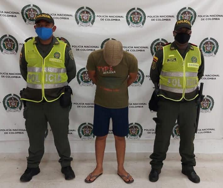 hoyennoticia.com, Policía lo 'bajo' de la moto y del revolver en la circunvalar de Riohacha