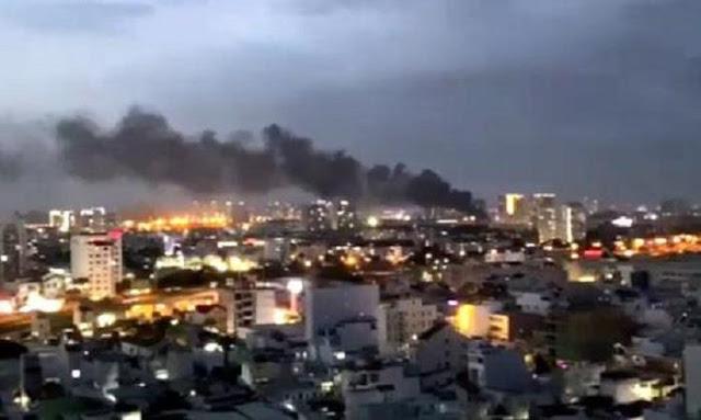 Cột khói cao hàng chục mét bốc lên từ vụ cháy
