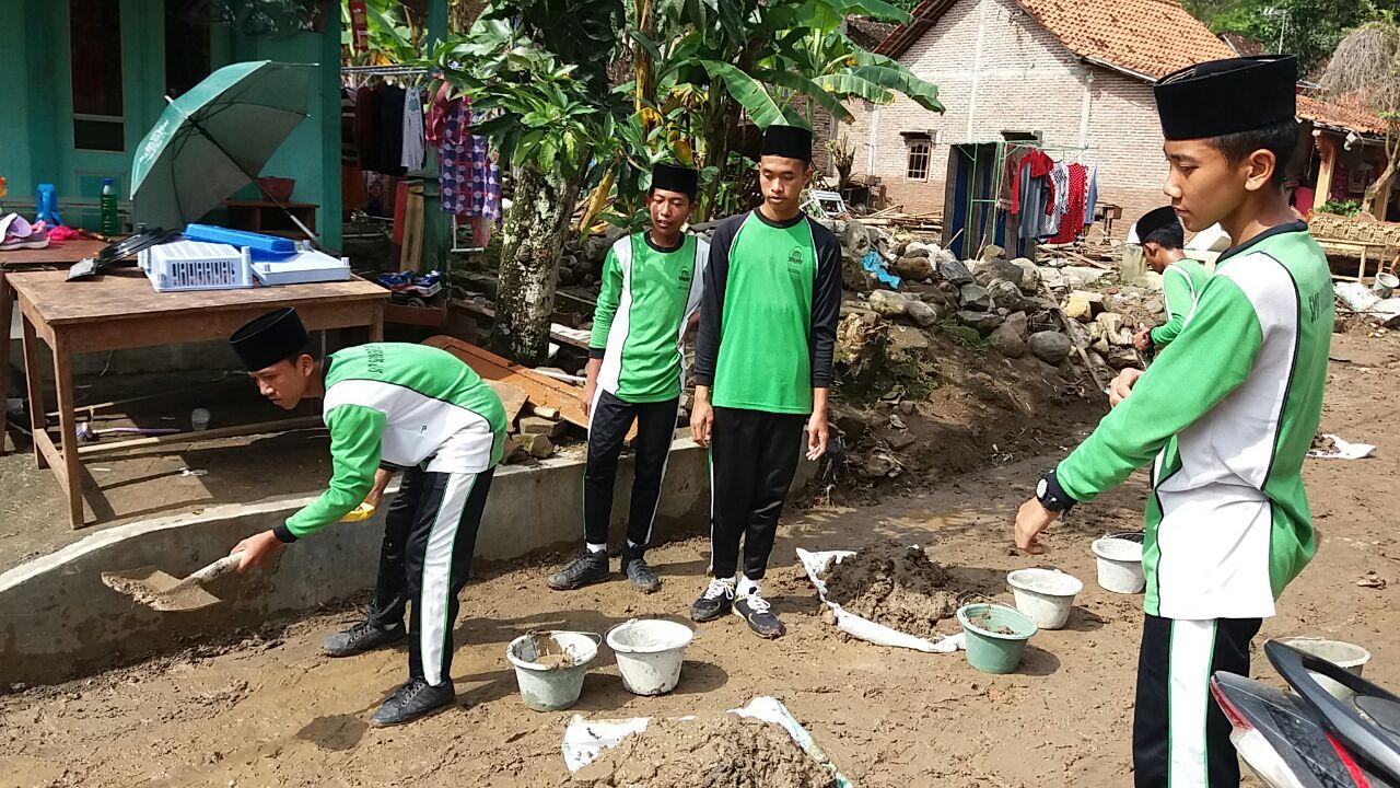 Kegiatan Santri Piket Bersih Lingkungan