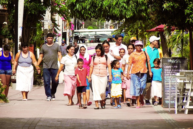 latinos caminando por las calles de nueva york