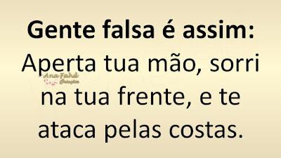 Gente falsa é assim: Aperta tua mão, sorri na tua frente, e te ataca pelas costas.
