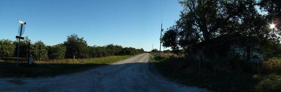 Calles de tierra entre los naranjales y las viejas casas