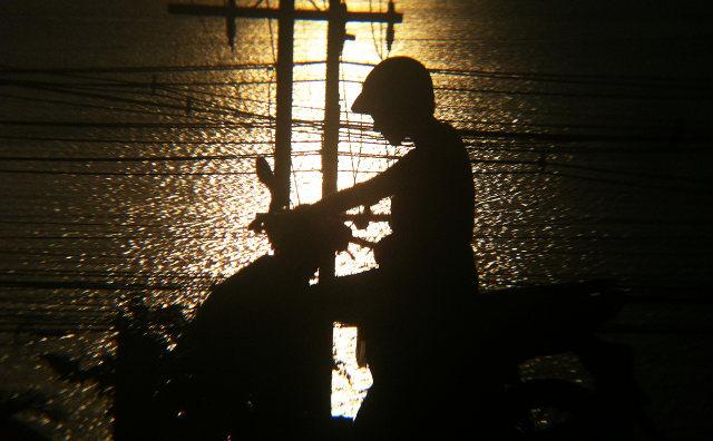 снимок скутера с девушкой ночью