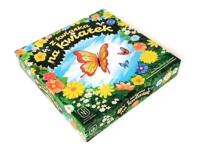 na zdjęciu pudełko gry z kwiatka na kwiatek, na środku widać kolorowego motyla a wokół kwiaty