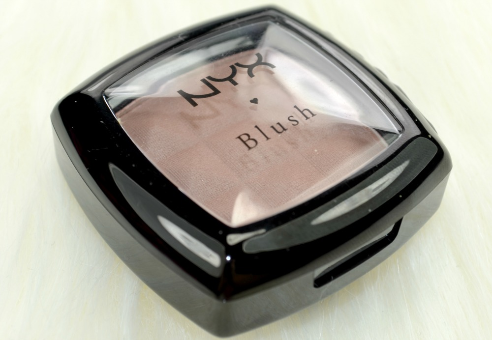 Close up image of the contour powder compact