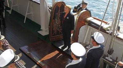 Bachelet casi cae al mar en despedida a la Esmeralda
