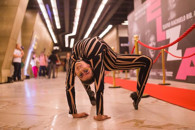 Contorcionista em recepção do evento corporativo Spaces Circus, Teatro Riachuelo RJ.