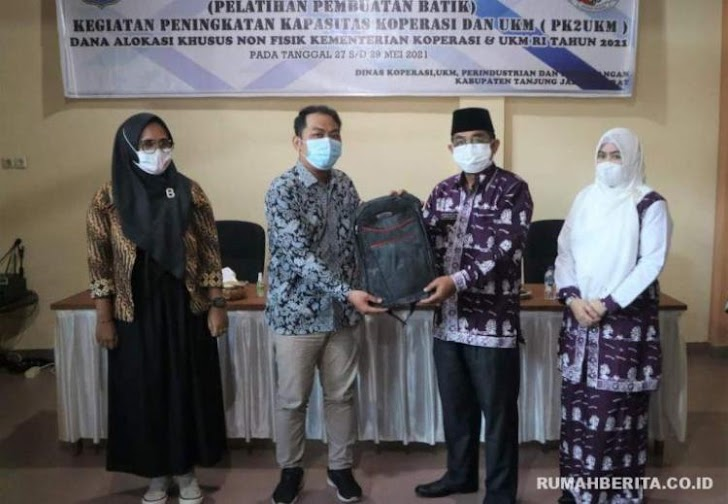 Bupati Tanjabbar Anwar Sadat Buka Pelatihan Pembuatan Batik Didampingi Istri