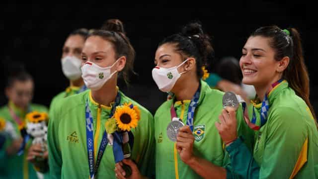 Brasil conquista prata no vôlei e no boxe femininos na despedida de Tóquio-2020