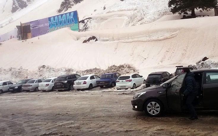 Χιονοστιβάδα στη Ρωσία καταλήγει σε parking αυτοκινήτων προκαλώντας τεράστιες ζημιές