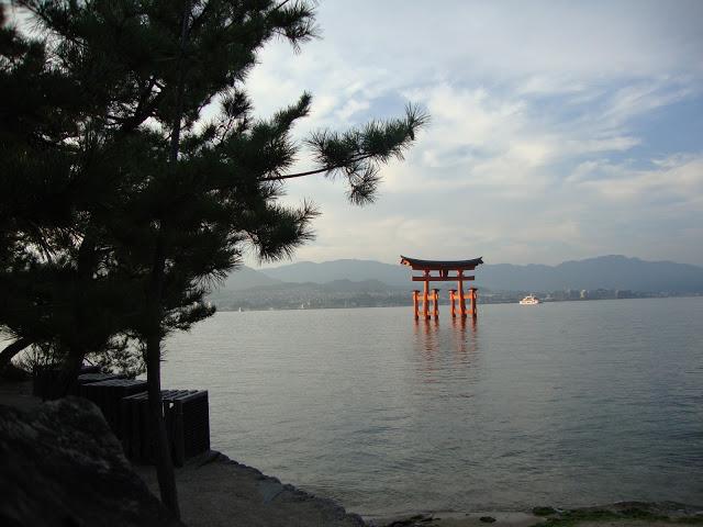 il torii in mezzo alla baia nella luce del tramonto